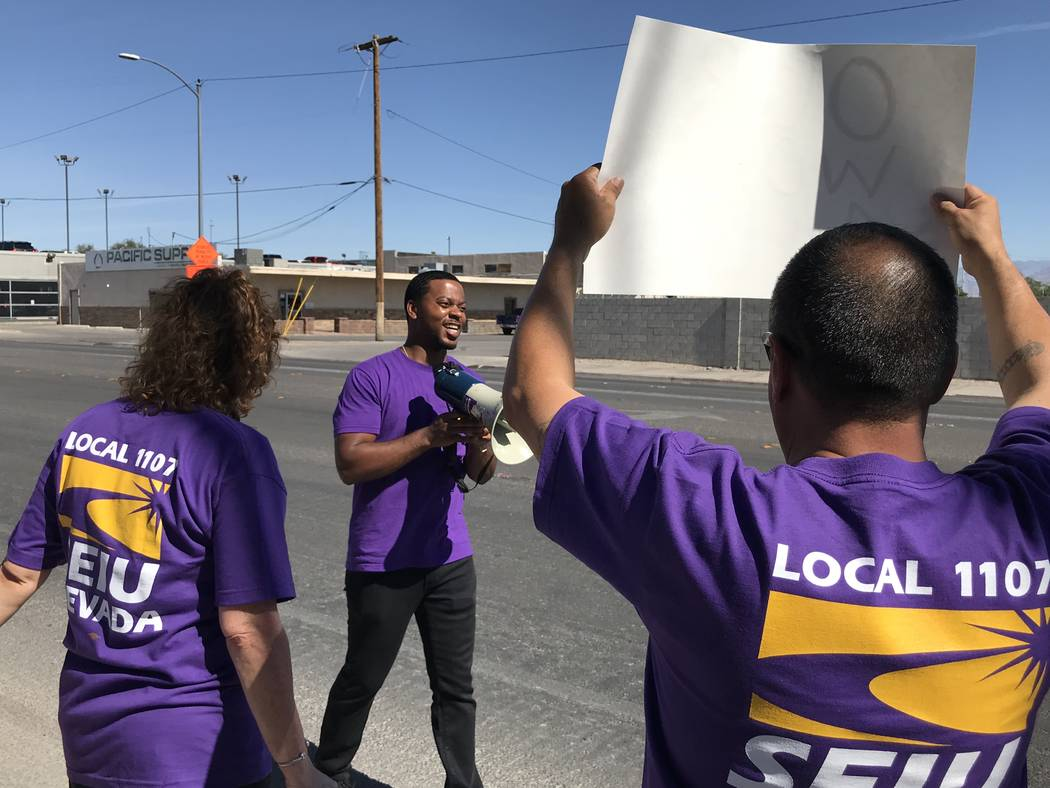 William McCurdy, director político del Service Employees International Union, encabeza una manifestación frente a Las Vegas Review-Journal el martes 19 de junio de 2018 en Las Vegas. El SEIU se ...