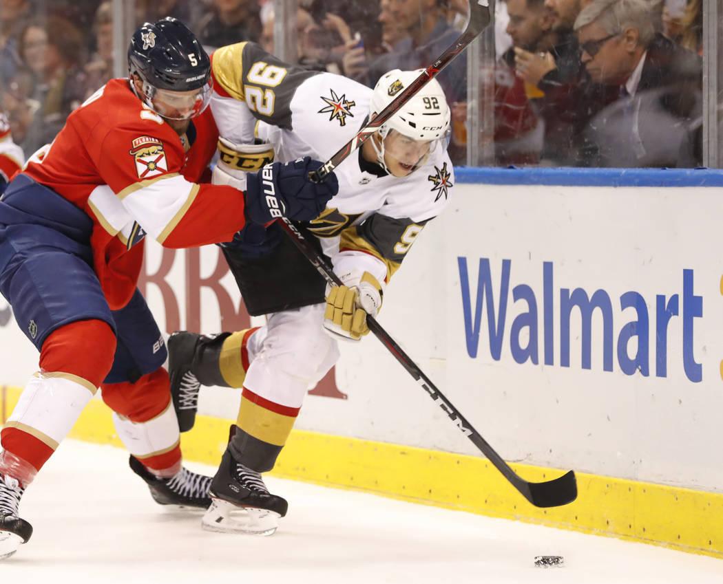 El defensor de las Panteras de Florida, Aaron Ekblad (5), y el ala izquierda de los Golden Knights, Tomas Nosek (92), disputan el disco durante el primer período de un juego de hockey de la NHL, ...