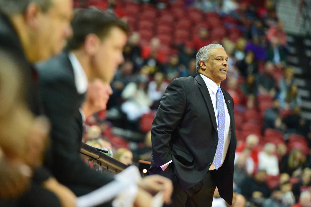 El entrenador de los UNLV Rebels, Marvin Menzies, conversa con sus jugadores durante la segunda mitad del juego de los Rebels de la UNLV y los Lobos de Nuevo México en el Thomas & Mack Center en ...