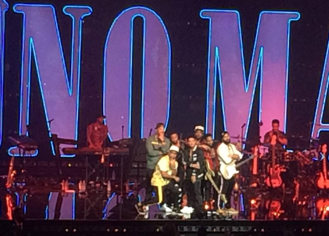 Bruno Mars y su banda pusieron luces de casa para permitir que las 5 mil 185 personas se tomaran una foto el sábado 31 de diciembre de 2016 en Park Theatre en el Strip de Las Vegas. John Katsilom ...