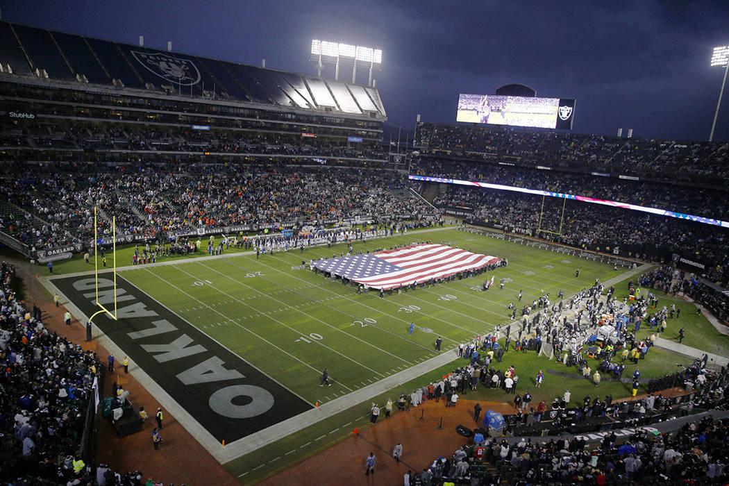 Una vista del Coliseo del Condado de Oakland-Alameda antes del inicio de un juego de la NFL entre los Oakland Raiders, los Denver Broncos en Oakland, California, el lunes 24 de diciembre de 2018. ...