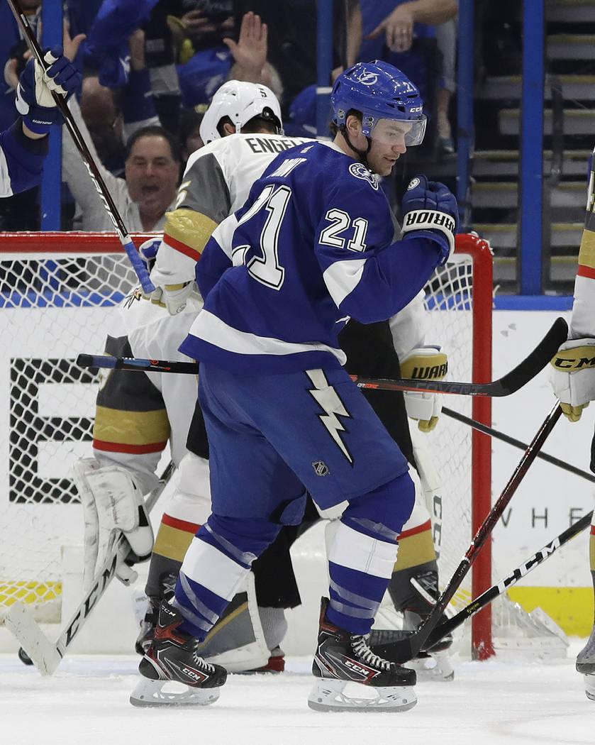 El centro de Tampa Bay Lightning, Brayden Point (21), alza su puño luego de anotar contra los Golden Knights de Las Vegas durante el primer período de un juego de hockey de la NHL el martes 5 de ...