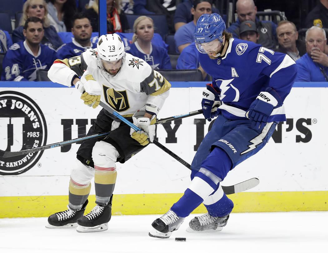 El defensor de los Tampa Bay Lightning, Victor Hedman (77), roba el puck del centro Brandon Pirri (73) de los Vegas Golden Knights durante el primer período de un juego de hockey de la NHL el 5 d ...