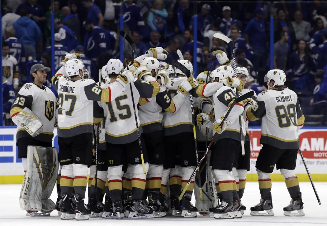 Los Golden Knights de Las Vegas celebran su victoria por 3 a 2 sobre el Tampa Bay Lightning durante un shootout en un juego de hockey de la NHL el martes 5 de febrero de 2019 en Tampa, Florida (Fo ...