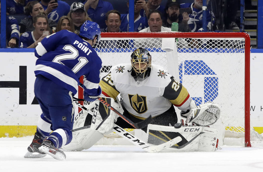 Marc-André Fleury (29), portero de los Golden Knights de Las Vegas, detiene un disparo del centro Brayden Point (21) de los Tampa Bay Lightning, durante un shootout en un juego de hockey de la NH ...