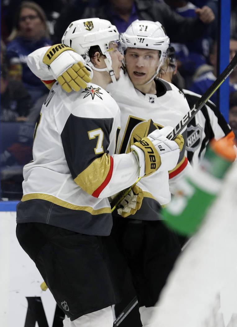 El ala izquierda de los Golden Knights de Vegas, Valentin Zykov (7), celebra su gol contra Tampa Bay Lightning con el centro William Karlsson durante el tercer período de un juego de hockey de la ...