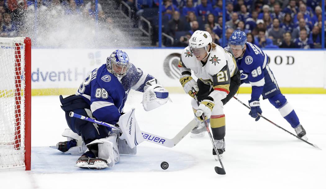 El portero Andrei Vasilevskiy (88) de los Tampa Bay Lightning, detiene un tiro del centro Cody Eakin (21) de los Vegas Golden Knights durante el tercer período de un juego de hockey de la NHL el ...