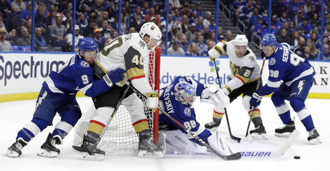 El portero Andrei Vasilevskiy (88) de los Tampa Bay Lightning, recibe su palo tras un gol del centro Ryan Carpenter (40) de los Vegas Golden Knights, durante el primer período de un juego de hock ...