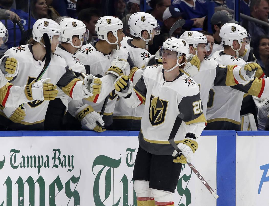 El centro de los Golden Knights de Vegas, Cody Eakin (21), celebra en el banco después de su gol contra los Tampa Bay Lightning durante el segundo período de un juego de hockey de la NHL el mart ...