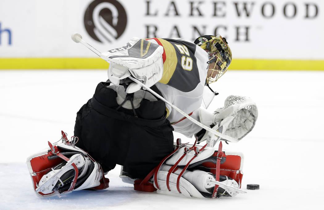 Marc-André Fleury, portero de los Golden Knights de Las Vegas, bloqueó un intento de gol del Tampa Bay Lightning durante el segundo período de un juego de hockey de la NHL el 5 de febrero de 20 ...