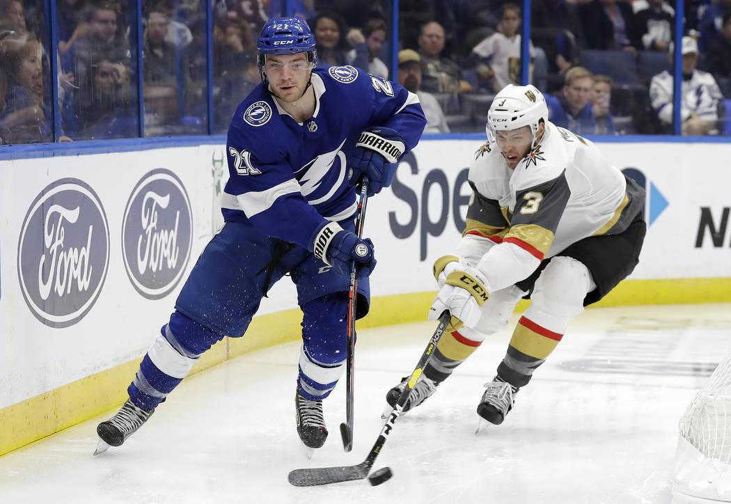 El centro de Tampa Bay Lightning, Brayden Point (21), se mueve alrededor del defensa Brayden McNabb (3) de los Vegas Golden Knights durante el segundo período de un juego de hockey de la NHL el 5 ...