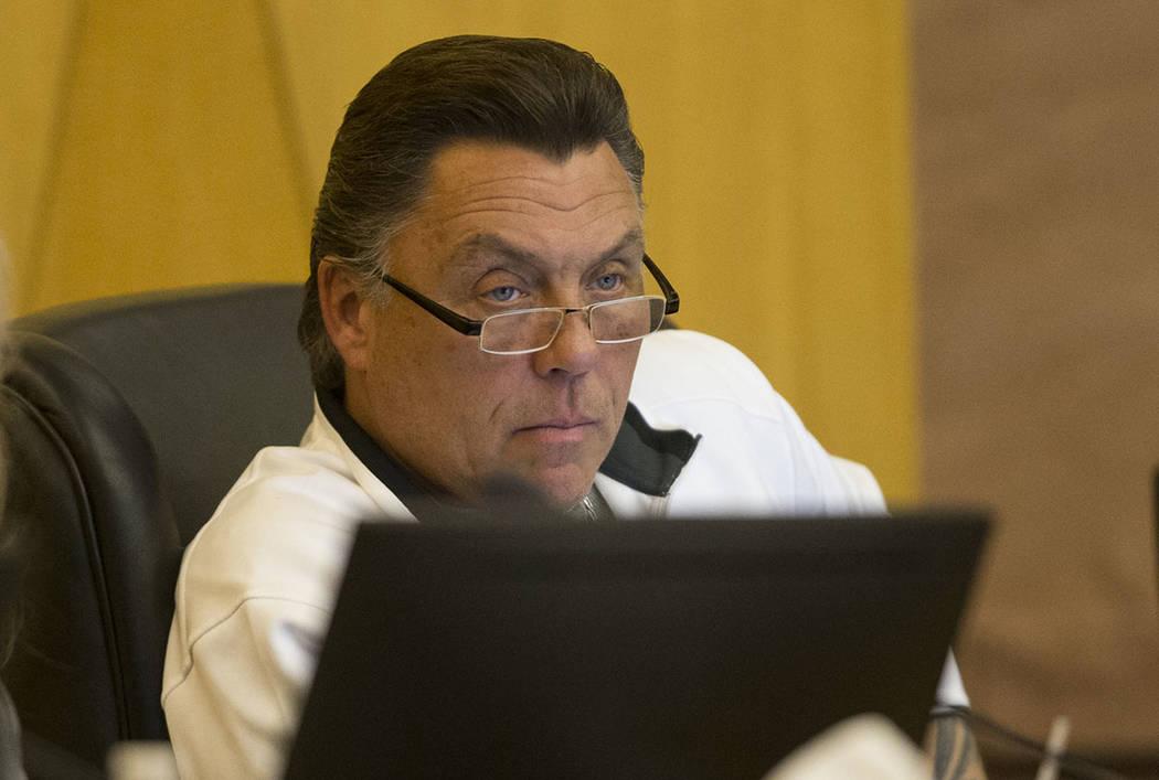 El concejal, Tommy White, durante una reunión de la Autoridad del Estadio de Las Vegas en las Cámaras de la Comisión del Condado de Clark en Las Vegas, el jueves 1 de marzo de 2018. Erik Verduz ...