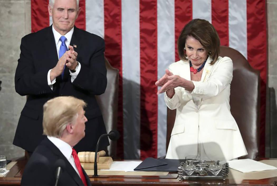 El vicepresidente Mike Pence, a la izquierda, y la presidenta de la Cámara de Representantes, Nancy Pelosi, aplauden al presidente Trump después de su discursos sobre 'Estado de la Unión' e ...