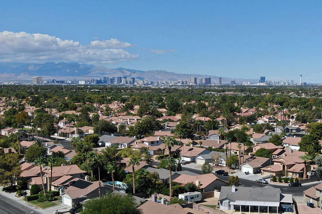 El Strip de Las Vegas se ve desde un vecindario de Henderson el viernes 5 de octubre de 2018. (Michael Quine / Las Vegas Review-Journal) @ Vegas88s