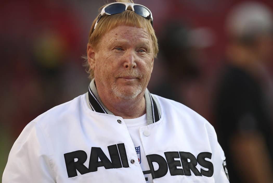 El propietario de los Raiders de Oakland, Mark Davis, ve los calentamientos antes de un partido de fútbol de la NFL contra los 49ers de San Francisco en Santa Clara, California, el jueves 1 de no ...