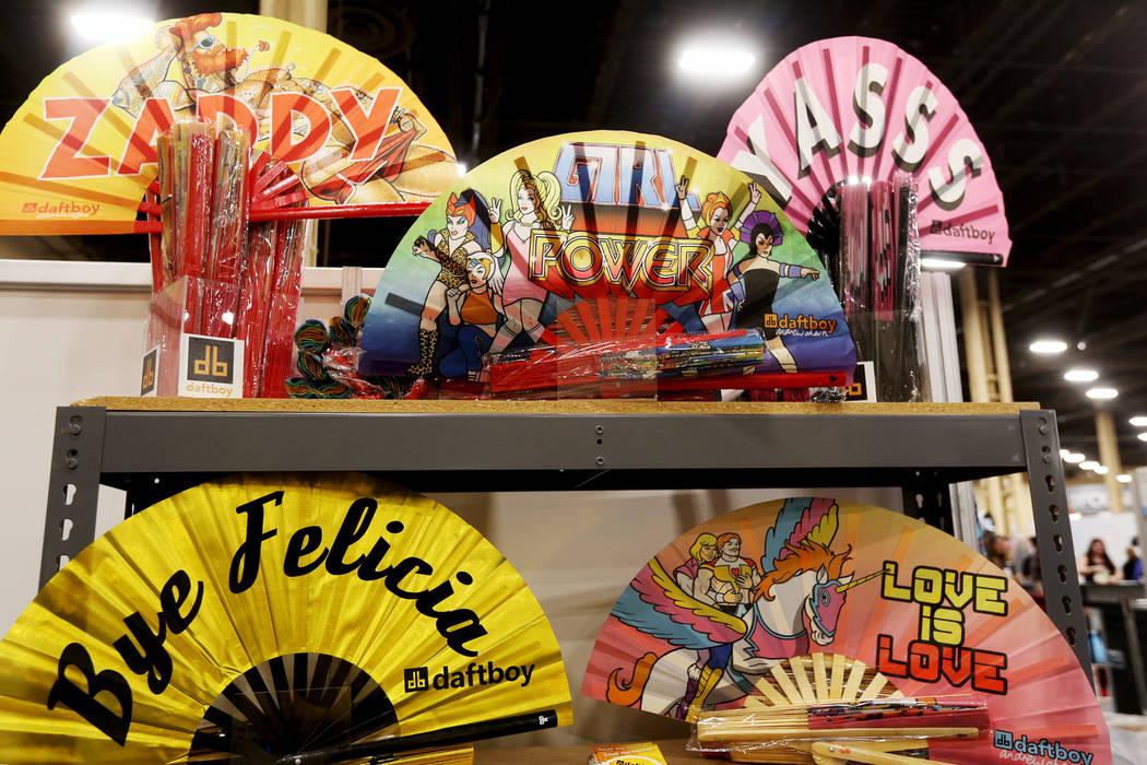 Abanicos en el stand de Daftboy en la feria de moda MAGIC en el Mandalay Bay Convention Center en Las Vegas, el miércoles 6 de febrero de 2019. Los abanicos son personalizables. (Rachel Aston / L ...