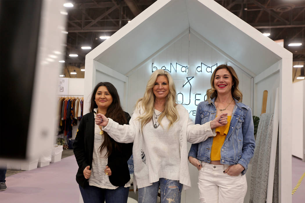 Hunter Brock, desde la izquierda, Kimberly Waczak, y Sally January posan para una foto en un fotomatón en la feria de moda MAGIC en el Mandalay Bay Convention Center en Las Vegas, el miércoles 6 ...