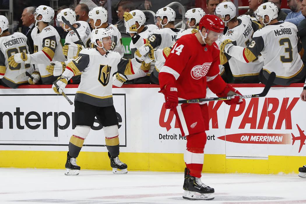 El centro de los Golden Knights, Jonathan Marchessault (81) celebra su gol en el segundo período de un juego de hockey de la NHL mientras el ala derecha de los Detroit Red Wings, Gustav Nyquist ( ...