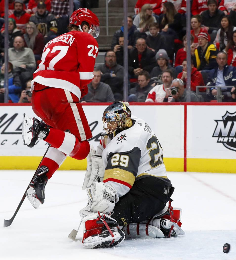 Marc-André Fleury (29), portero de los Golden Knights de Las Vegas, bloquea un tiro mientras el centro, Michael Rasmussen (27) de los Detroit Red Wings, salta del camino en el segundo período de ...