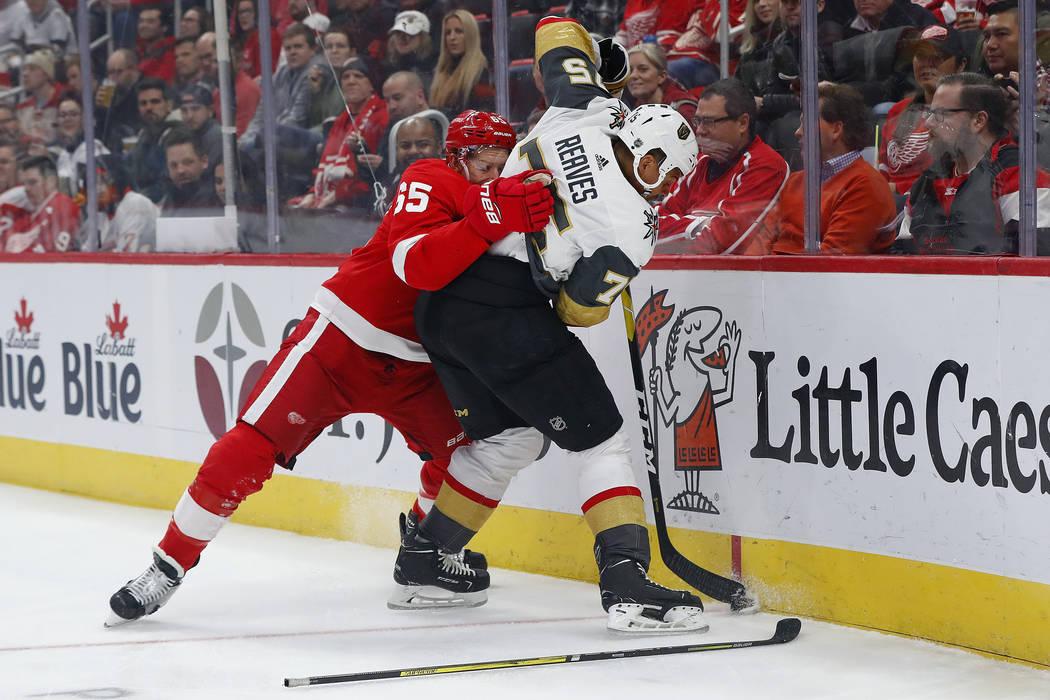 El defensor de los Detroit Red Wings, Danny DeKeyser (65), lucha con el ala derecha de los Golden Knights de Las Vegas, Ryan Reaves (75), por el disco en el primer período de un juego de hockey d ...