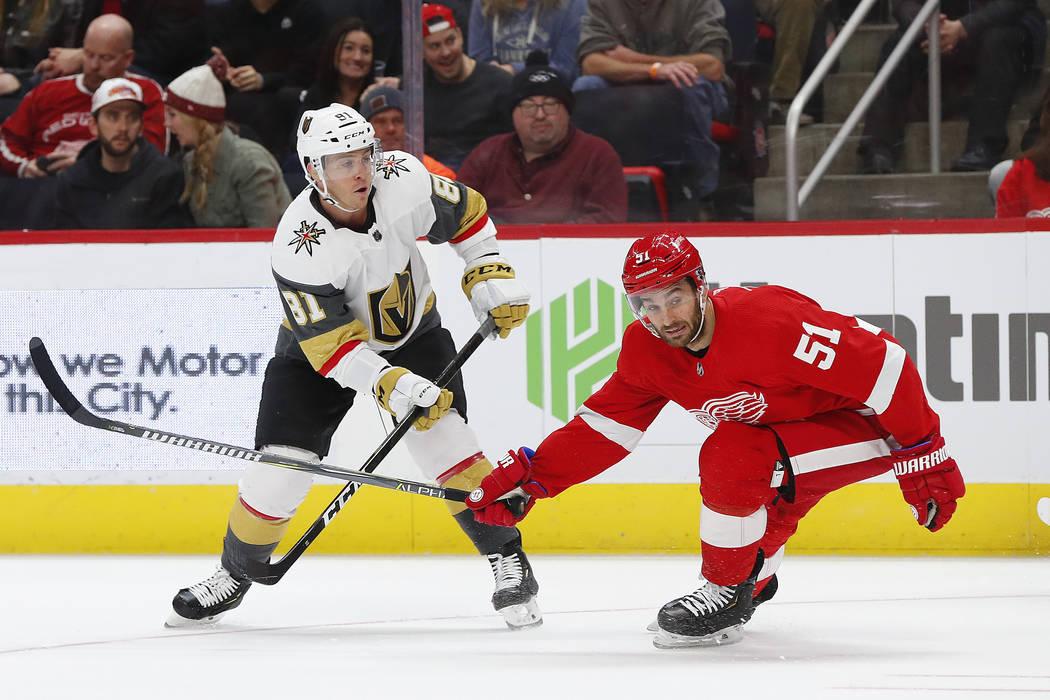 El centro de los Golden Knights de Las Vegas, Jonathan Marchessault (81) dispara mientras el centro de los Detroit Red Wings, Frans Nielsen (51), defiende en el primer período de un partido de ho ...