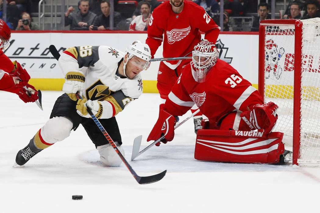 El portero Jimmy Howard de los Red Wings de Detroit (35), bloquea al centro Paul Stastny (26) de los Golden Knights de Las Vegas en el primer período de un juego de hockey de la NHL el jueves 7 d ...