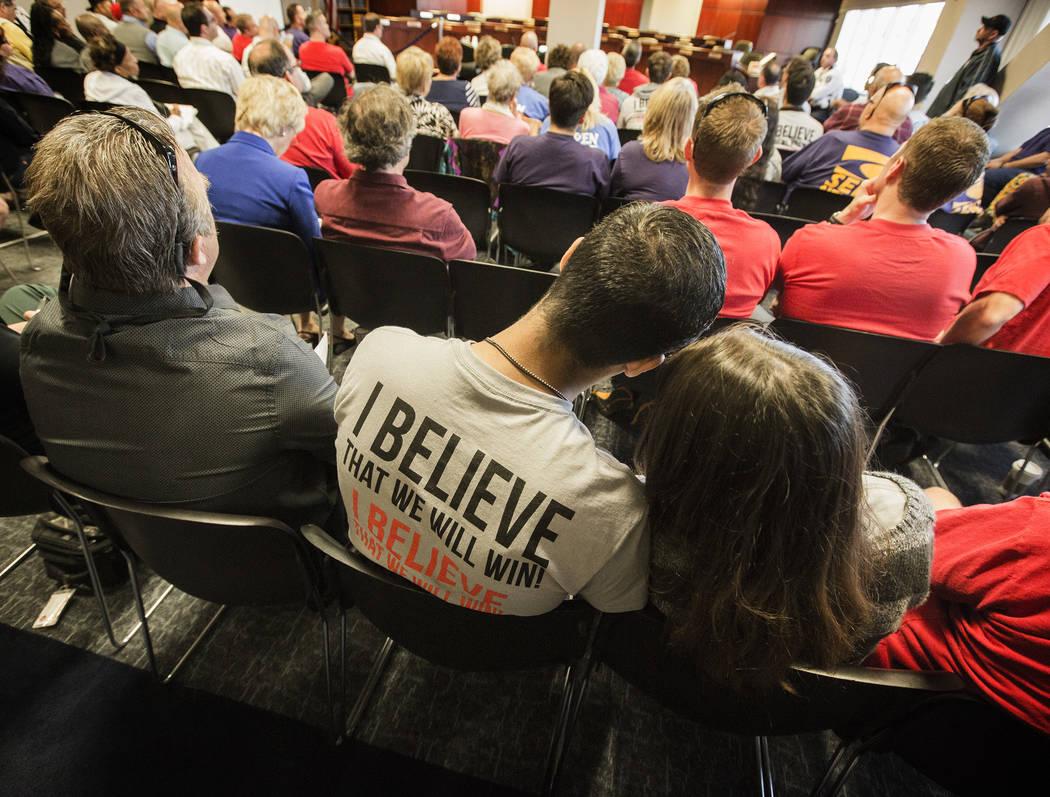 Biran Parker, a la izquierda, y Natalie Fray Sawyer escuchan durante la audiencia de transmisión del Comité de Medios y Actas de la Asamblea en AB190 el miércoles 15 de abril de 2015, en el Saw ...