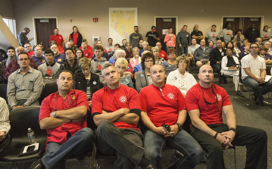 Los miembros del sindicato Professional Firefights of Nevada escuchan durante la audiencia de transmisión del Comité de Medios y Actas de la Asamblea en la audiencia AB190 el miércoles 15 de ab ...