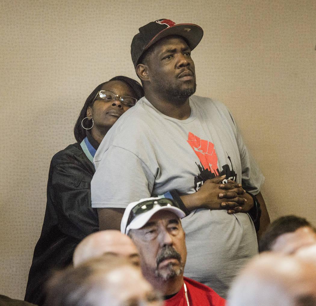 El trabajador de comida rápida Tim Howard, a la derecha, y su esposa Anatasia escuchan durante la audiencia de transmisión del Comité de Medios y Actas de la Asamblea en la audiencia AB190 el m ...