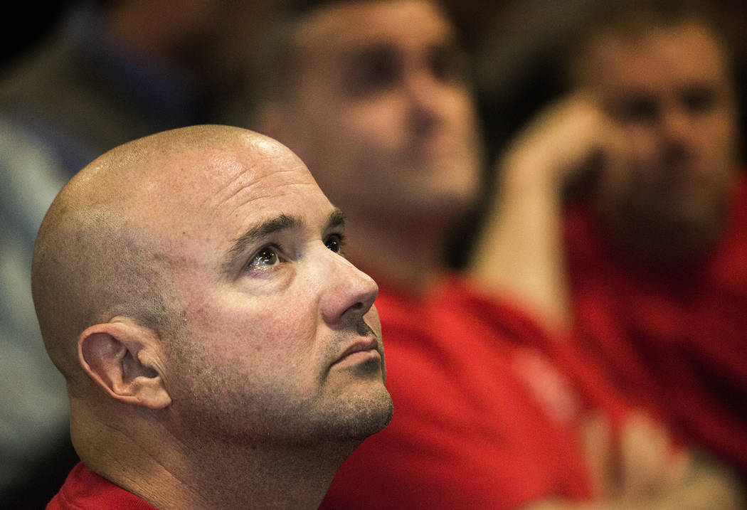 Kevin Flynn, miembro de los Bomberos Profesionales de Nevada, escucha mientras el asambleísta Randy Kirner, R-Reno, habla durante la audiencia de transmisión del Comité de Medios y Actas de la ...