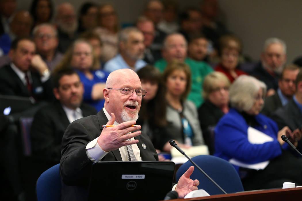 El asambleísta de Nevada Randy Kirner, R-Reno, propone un proyecto de ley para cambiar el sistema de jubilación de los empleados públicos en una audiencia en el edificio legislativo en Carson C ...