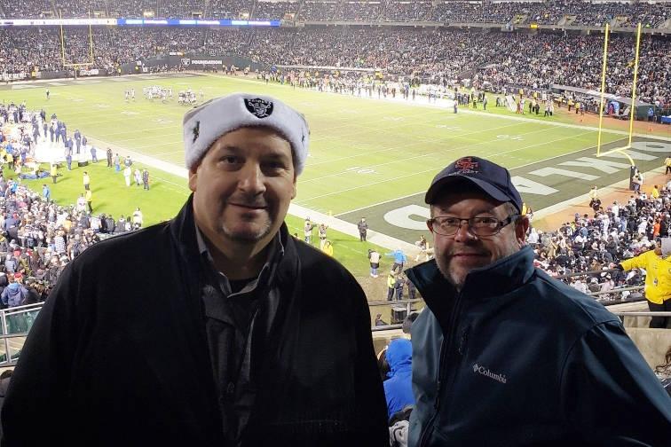 Dan Holmgren, a la izquierda, y su amigo Rich Newmark se muestran en Oakland Coliseum durante el juego de los Raiders contra los Denver Broncos el 24 de diciembre de 2018. Holmgren fue despedido c ...