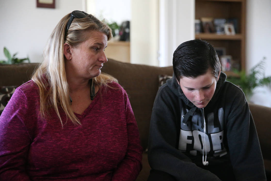 Angela McDonald y su hijo Tanner Reynolds, de 13 años, son entrevistados en Pahrump el miércoles 6 de febrero de 2019. Reynolds es un ex alumno de la Academia Northwest en Amargosa Valley. (Erik ...