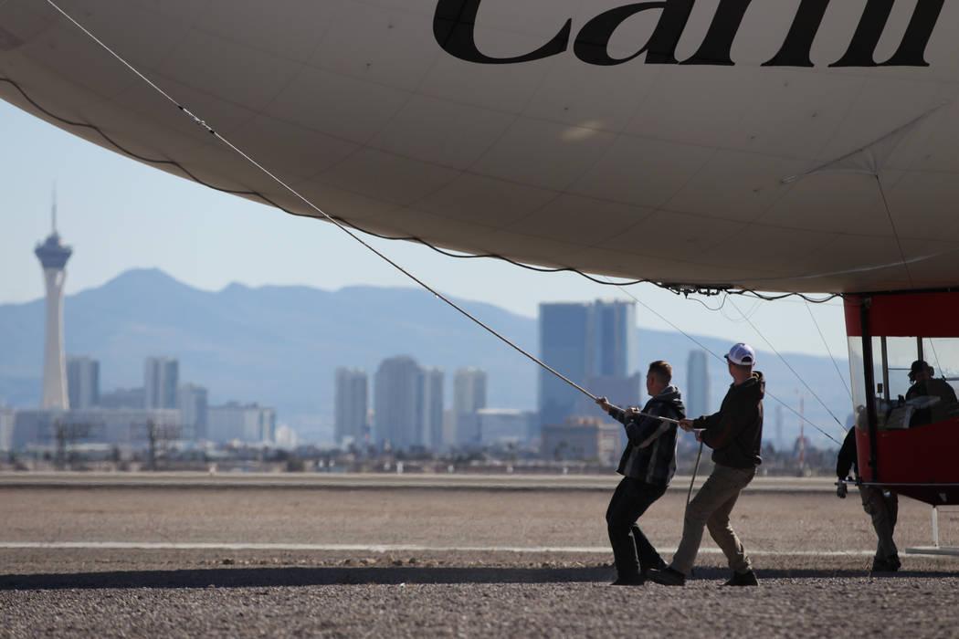 Los miembros de la tripulación guían a un dirigible AirSign Airship para despegar del Aeropuerto de North Las Vegas en North Las Vegas, el jueves 7 de febrero de 2019. El dirigible publicitario ...