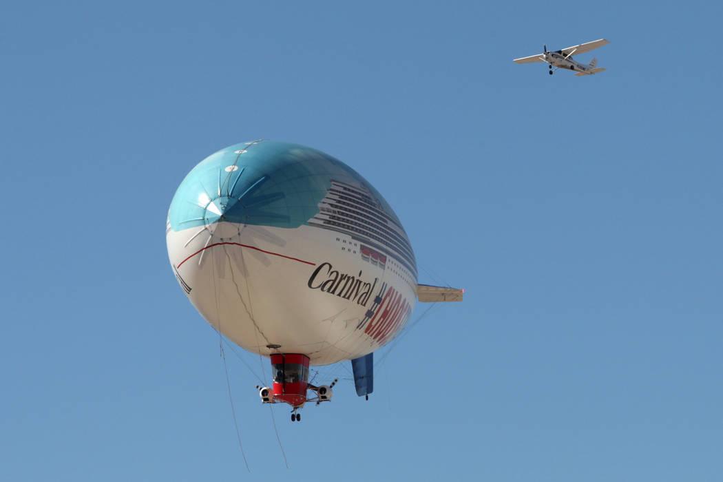 Un dirigible AirSign Airship anuncia el nuevo barco Carnival Panorama Line durante un vuelo desde el aeropuerto North Las Vegas en North Las Vegas, el jueves 7 de febrero de 2019. (Erik Verduzco / ...