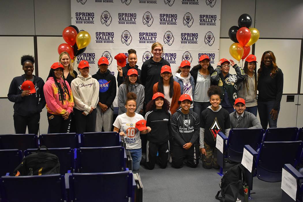 Representantes de Las Vegas Aces convivieron con el equipo escolar de baloncesto femenil de la escuela preparatoria Spring Valley. Miércoles 6 de febrero de 2019 en Spring Valley High School. Fot ...