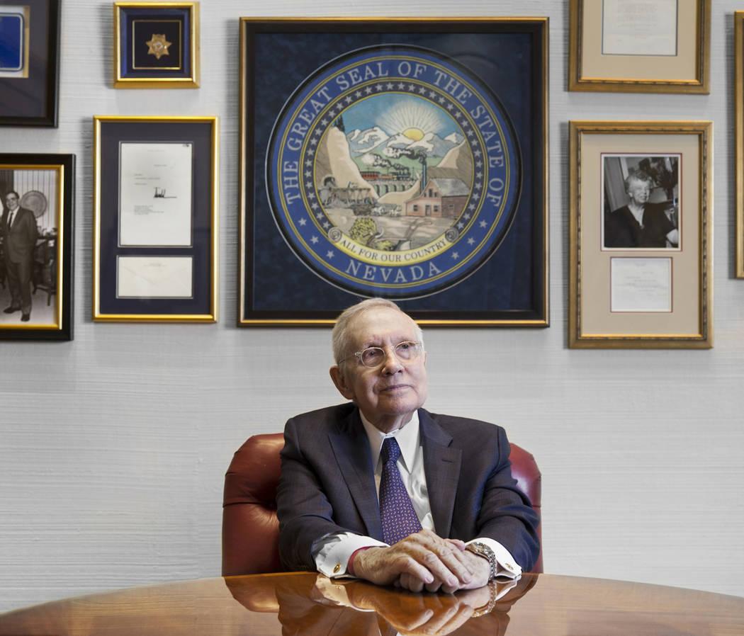 El ex senador por Nevada, Harry Reid, se sienta en su oficina en el Hotel Bellagio el viernes 8 de febrero de 2019, en Las Vegas. Reid fue senador desde 1987 hasta 2017 y fue líder del Caucus Dem ...