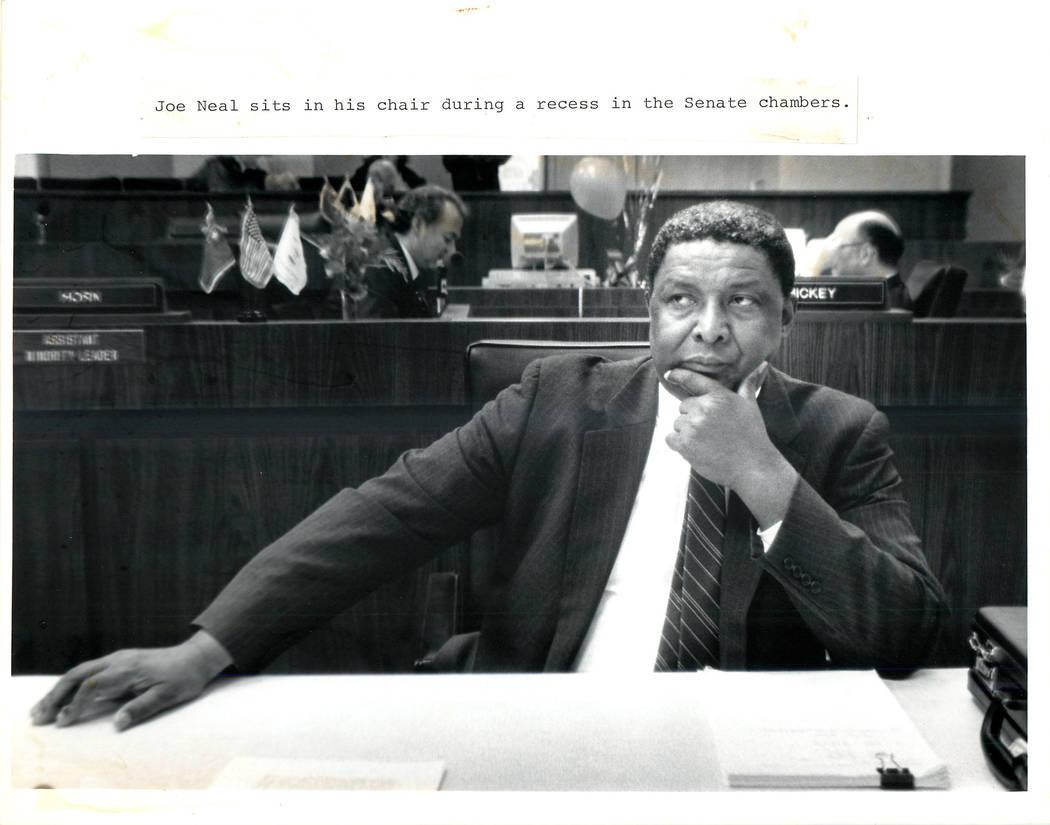 Neal, Joe, Jr. - 1989 Joe Neal en su silla durante un receso en las cámaras del Senado. (Foto de archivo / Las Vegas Review-Journal)