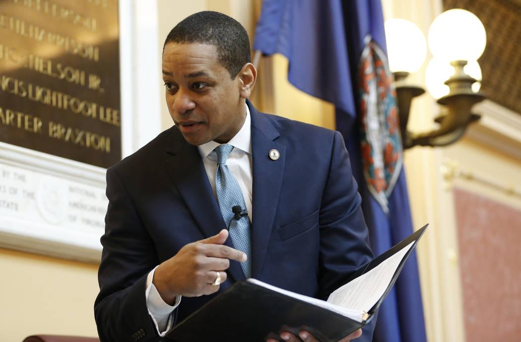 El Vicegobernador de Virginia, Justin Fairfax, revisa un informe antes del inicio de la sesión del Senado en el Capitolio en Richmond, Virginia, el jueves 7 de febrero de 2019. Una mujer de Calif ...