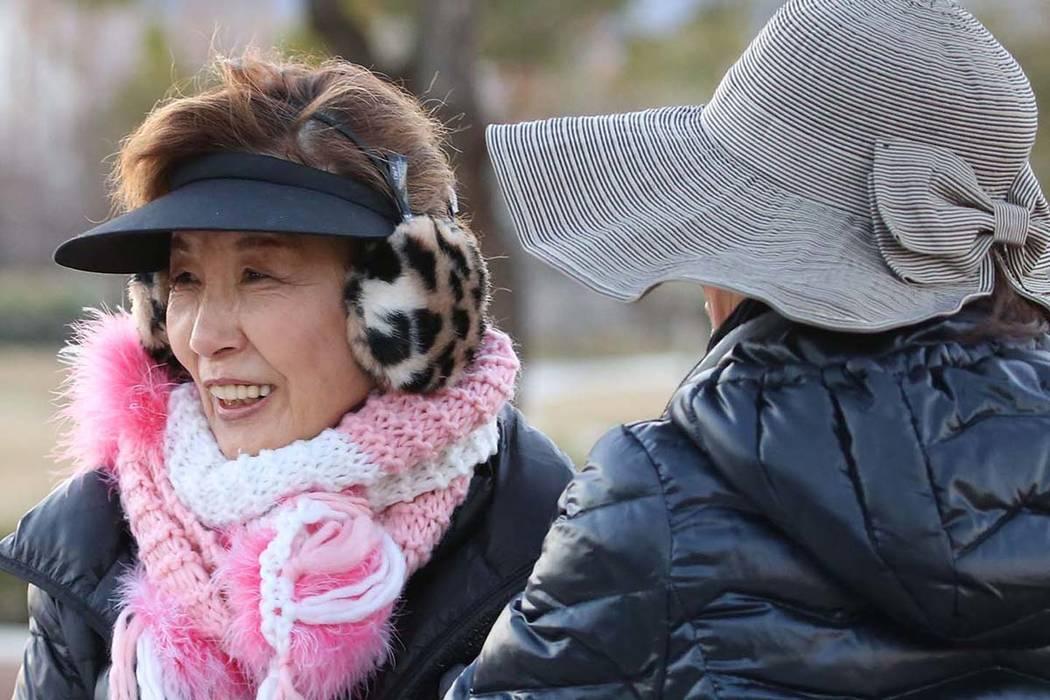 Yoko Fitzgerald, a la izquierda, y Gina Kim, todos de Henderson, se abrigaron mientras caminaban por Seven Hills Drive durante una fría mañana el lunes 11 de febrero de 2019 en Henderson. (Bizua ...