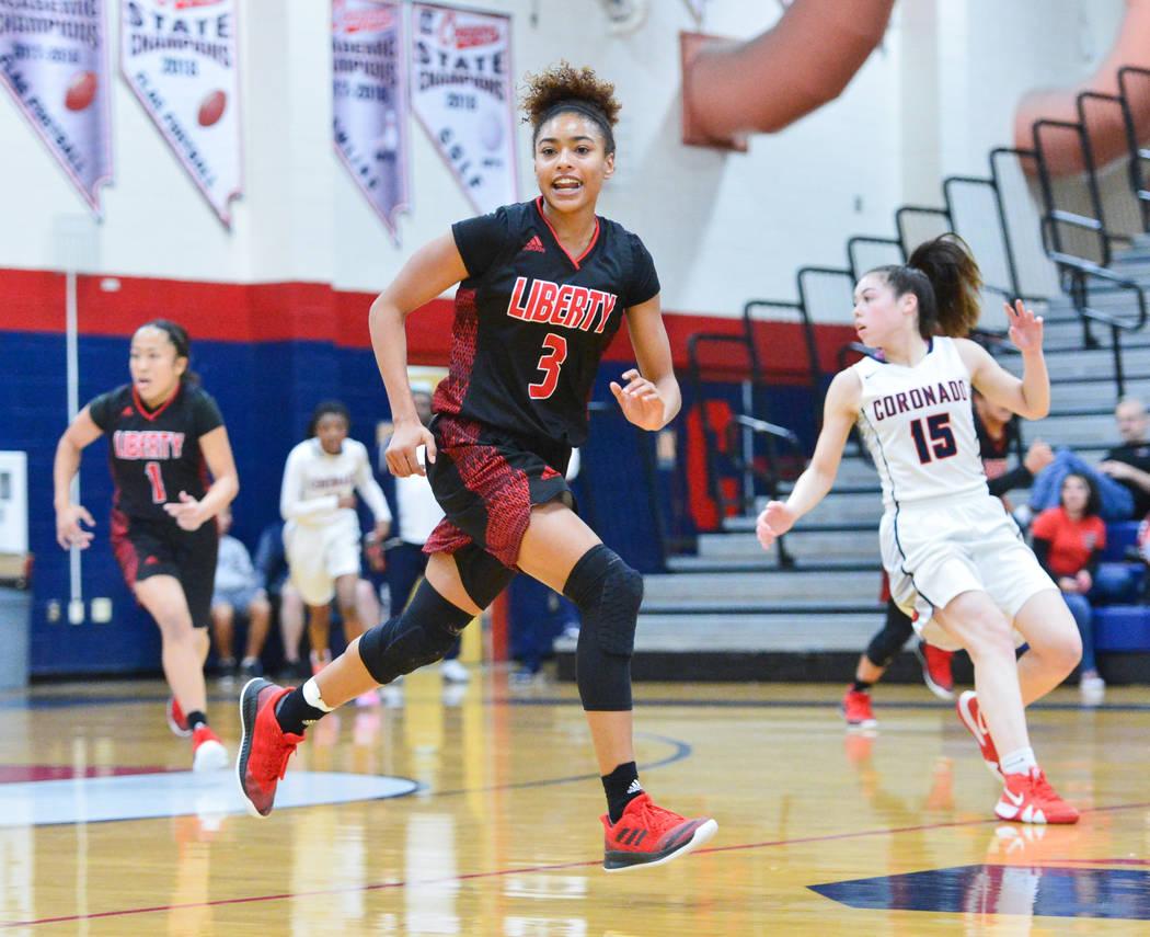 La estudiante de último año de Liberty, Journie Augmon (3), cruza la mitad de la cancha en el segundo cuarto de un juego entre Coronado High School y Liberty High School en Coronado High School ...