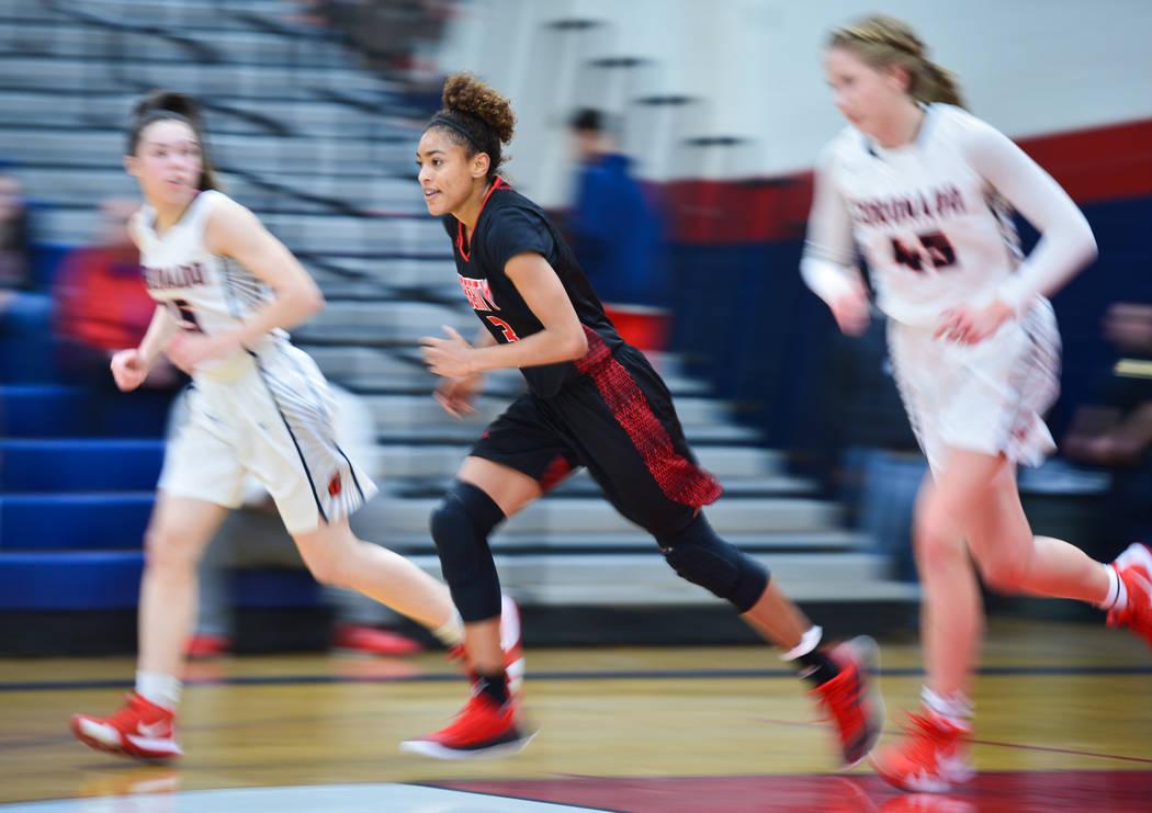 Liberty senior Journie Augmon (3) hace una transición a ofensiva en el segundo cuarto de un juego entre Coronado High School y Liberty High School en Coronado High School en Henderson, Nevada, el ...