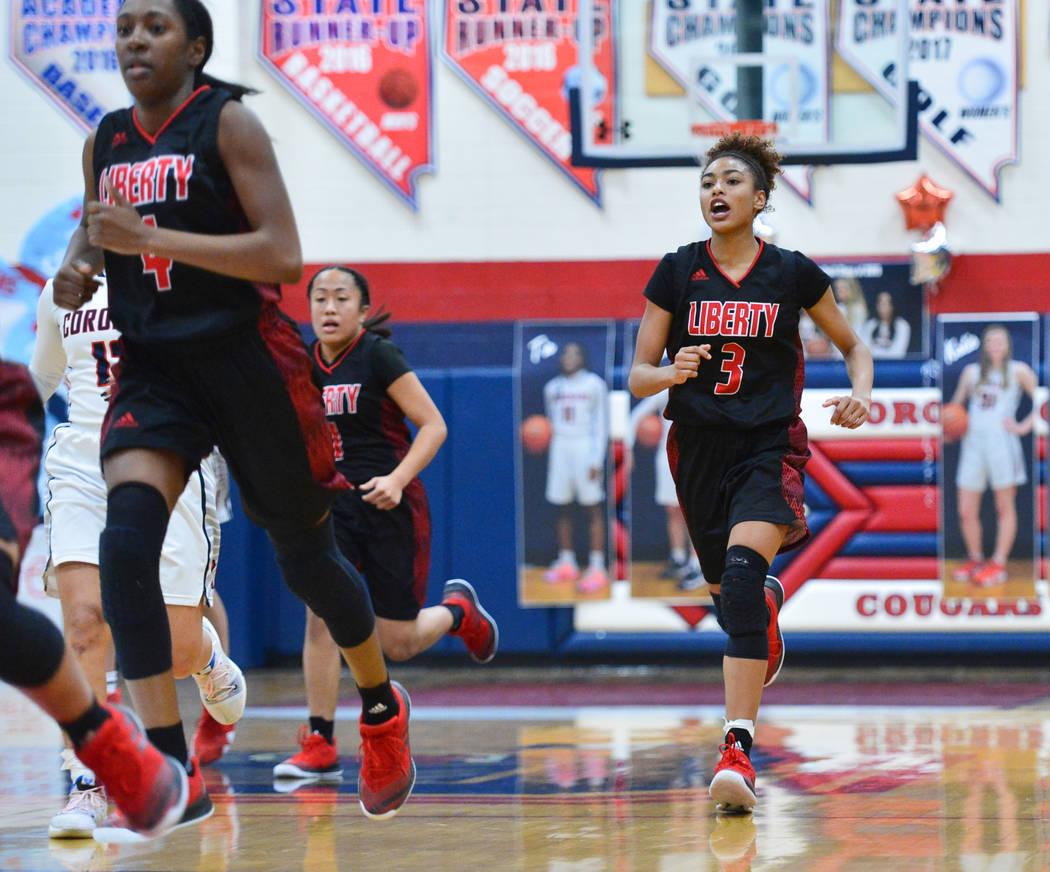 La estudiante de último año de Liberty, Journie Augmon (3), le grita a su equipo mientras hacen la transición a defensa en el segundo cuarto de un juego entre Coronado High School y Liberty Hig ...