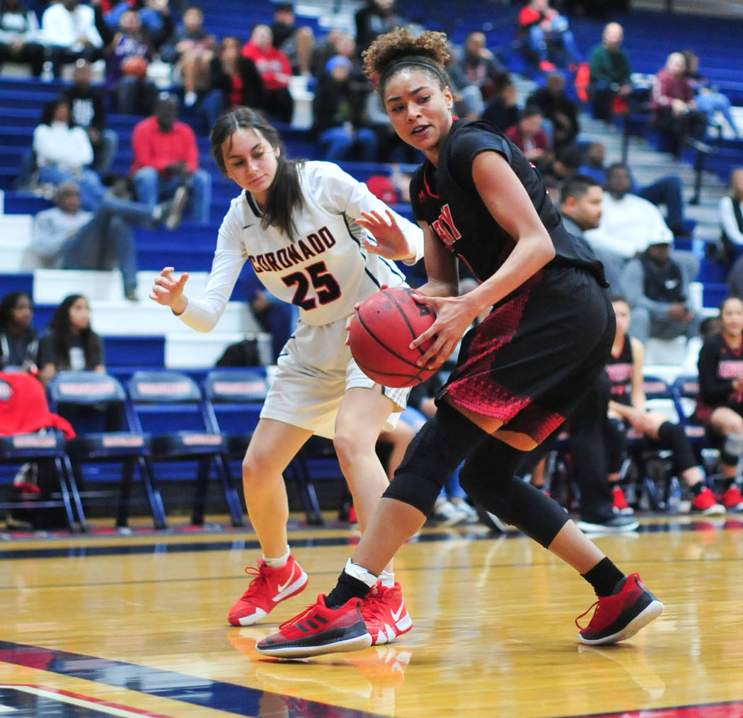 La estudiante de último año de Liberty, Journie Augmon (3), se separa de la junior de Coronado, Giuliana Caringella (25), en el tercer cuarto de un juego entre Coronado High School y Liberty Hig ...