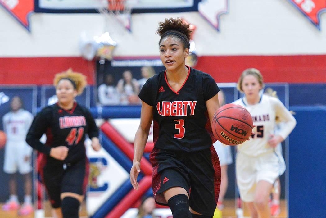 La estudiante de último año de Liberty, Journie Augmon (3), driblea el balón en la mitad de la cancha en el tercer cuarto de un juego entre Coronado High School y Liberty High School en Coronad ...