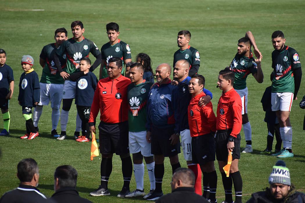 Los árbitros y abanderados verificaron que todo saliera bien. Domingo 10 de febrero de 2019, en el Cashman Field. Foto Frank Alejandre / El Tiempo.