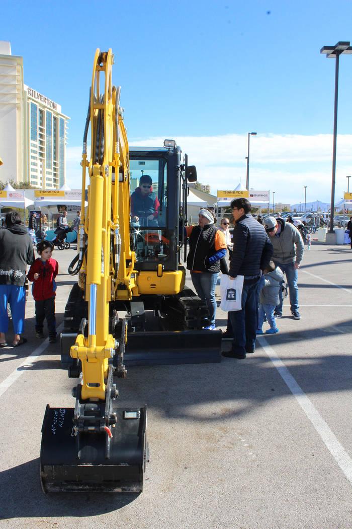 Los asistentes pudieron experimentar como se utiliza el equipo de construcción. Sábado 9 de febrero de 2019 en el Silverton Casino. Foto Cristian De la Rosa / El Tiempo - Contribuidor.