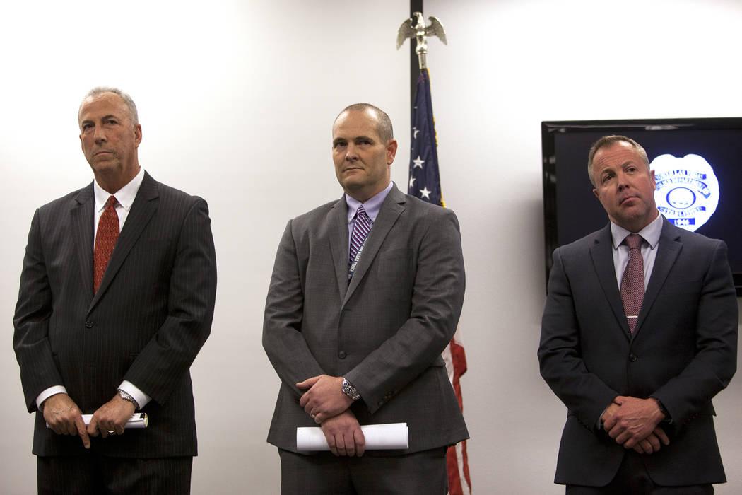 El fiscal de distrito Steve Wolfson, de izquierda a derecha, el detective Steven Wiese y el detective Sean Sprague, en la Oficina de Detectives de North Las Vegas, el lunes 11 de febrero de 2019. ...