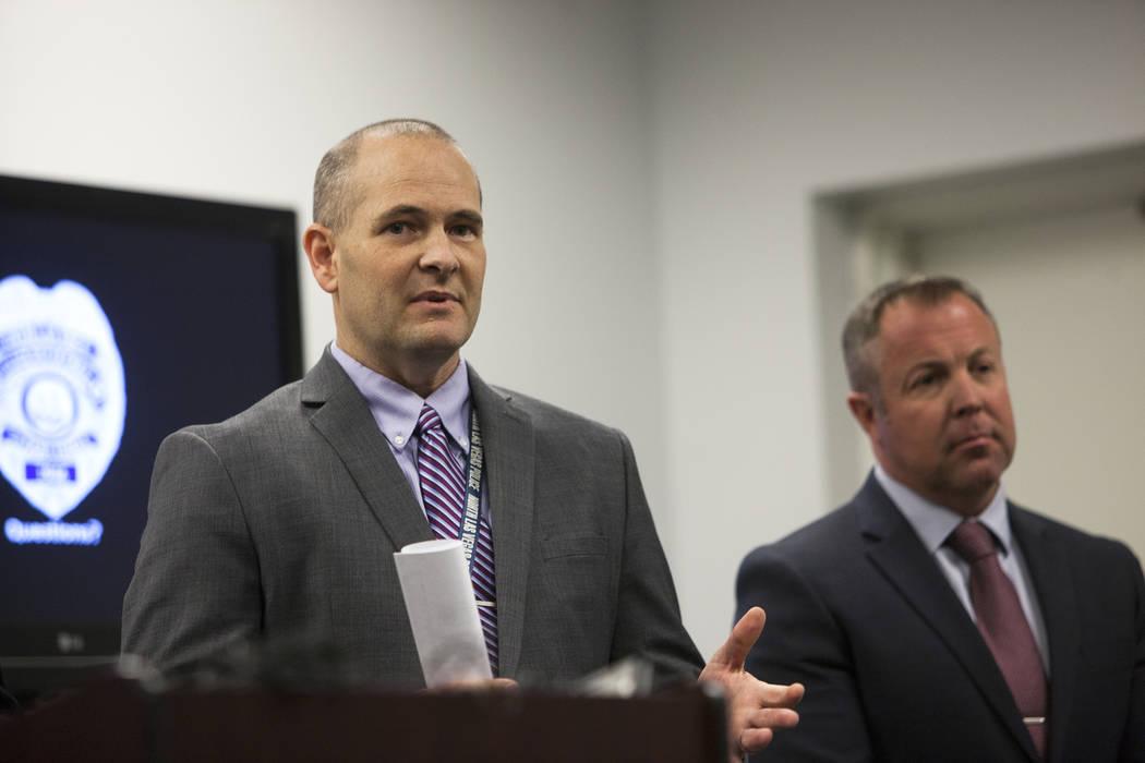 El detective Steven Wiese responde a una pregunta de los medios de comunicación junto al detective Sean Sprague en la Oficina de Detectives de North Las Vegas, el lunes 11 de febrero de 2019. Fun ...