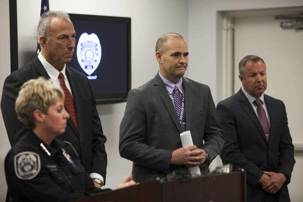 La jefa del Departamento de Policía de North Las Vegas, Pamela Ojeda, flanqueada por el ex detective de Las Vegas, Bob King, a la izquierda, y el fiscal de distrito, Steve Wolfson, a la derecha, ...